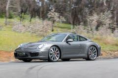 Lyxiga Porsche som kör på landsvägen Fotografering för Bildbyråer