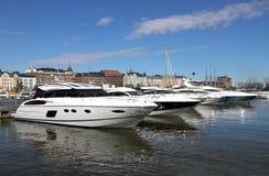 Lyxiga privata hastighetsfartyg i den Helsingfors hamnen Arkivbilder