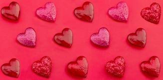 Lyxiga röda hjärtor på pappers- bakgrund lyckliga valentiner för dag stil för popkonst Arkivfoton