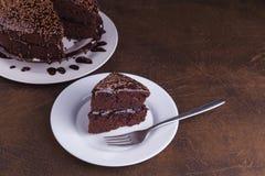 Lyxiga Rich Chocolate Cake på den vita plattan Arkivbild
