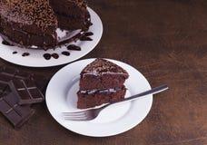 Lyxiga Rich Chocolate Cake på den vita plattan Fotografering för Bildbyråer