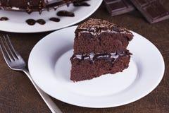 Lyxiga Rich Chocolate Cake på den vita plattan Arkivfoto