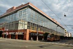 Lyxiga Sheraton Hotel och brun spårvagn 13 i Zagreb Arkivfoto