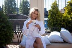 Lyxiga Spa, härlig kvinna som dricker kaffe Royaltyfria Bilder