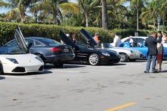 Lyxiga sportbilar i parkeringsplats Arkivbild