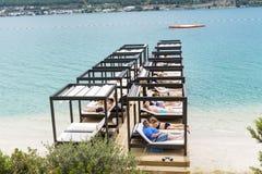 Lyxiga sunbeds på stranden i ett hotell tillgriper i Bodrum, Turkiet Royaltyfri Bild