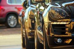 Lyxiga SUV parkerade Fotografering för Bildbyråer