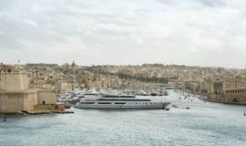 Lyxiga toppna yachter som förtöjas på Manoel Island Arkivfoto