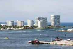 Lyxiga vita andelslägenheter på Fort Lauderdalekust Royaltyfri Foto
