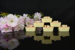 Lyxiga vita choklader på den svarta tabellen Royaltyfria Bilder