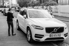 Lyxiga Volvo XC90 som parkeras på fransk stad med att att närma sig för ägare Arkivfoto