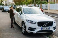 Lyxiga Volvo XC90 som parkeras på fransk stad med att att närma sig för ägare Arkivbild