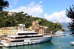 Lyxiga yachter i hamnen av Portofino, Italien Royaltyfria Foton