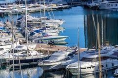 Lyxiga yachter och snabba motorbåtar i fjärden av Monaco Fotografering för Bildbyråer