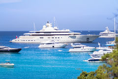 Lyxiga yachter på Porto Massimo skäller på den Sardinia ön, Italien Royaltyfria Foton