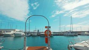 Lyxiga yachter som parkerar i marin- hamn Moderna yachter på havsport lager videofilmer
