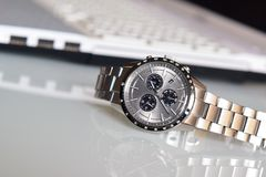 Lyxigt armbandsur på skrivbordet royaltyfria bilder