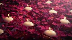 Lyxigt bad med stearinljus och Rose Petals arkivfilmer