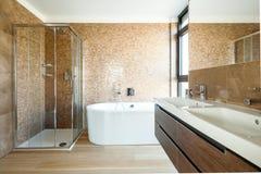 Lyxigt badrum i ett modernt hus royaltyfri bild