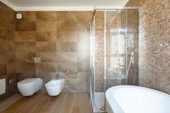Lyxigt badrum i ett modernt hus royaltyfri foto
