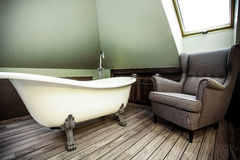 Lyxigt badrum i loften royaltyfria foton