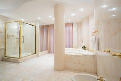 Lyxigt badrum i pastellfärgade färger arkivbild