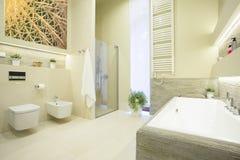 Lyxigt badrum i pastellfärgade färger royaltyfri fotografi