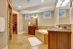 Lyxigt badrum med granittegelplattaklippning Fotografering för Bildbyråer
