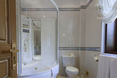 Lyxigt badrum med marmortegelplattor Royaltyfria Bilder