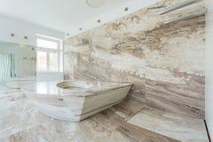 Lyxigt badrum med marmortegelplattor Arkivfoto