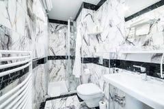 Lyxigt badrum med svartvit marmor arkivfoton