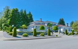 Lyxigt bostads- hus som fäktas med den vita balustraden på överkanten av terrassen arkivfoto