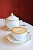 lyxigt cappuccinokaffe royaltyfri fotografi