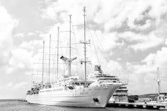 Lyxigt fartyg eller skepp på hamnen royaltyfria bilder