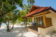 Lyxigt härligt litet hus på stranden som lokaliseras på den tropiska ön royaltyfri fotografi