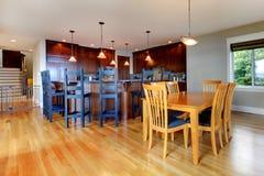 Lyxigt home kök och matsal arkivbild