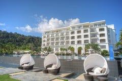 Lyxigt hotell med oändlighetspölen Royaltyfri Foto