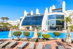 Lyxigt hotell med pölen i semesterort för Playa Blanca-ferie Fotografering för Bildbyråer