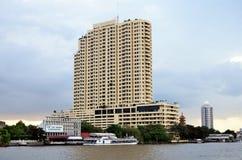 Lyxigt hotell på floden, Bangkok royaltyfria bilder