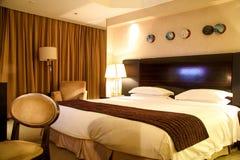 Lyxigt hotellrum med konung storleksanpassar sängen Arkivfoton