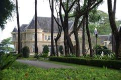 Lyxigt hus och trädgård Arkivfoto