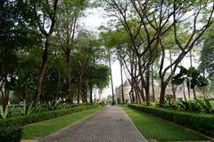 Lyxigt hus och trädgård Royaltyfria Foton