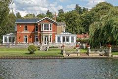 Lyxigt hus på floden Thames arkivfoto