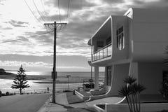 Lyxigt hus på sjösidan i Australien Arkivbilder