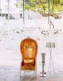 Lyxigt inre för tappningelegans, läderfåtölj med golvlampan i hotelllobby royaltyfri fotografi