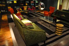 Lyxigt inrerum med den gröna sofaen Royaltyfria Bilder