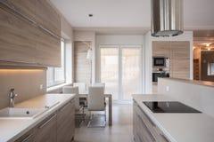 Lyxigt kök i modern design royaltyfri fotografi