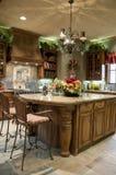 Lyxigt kök med ön Royaltyfria Bilder
