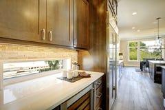 Lyxigt kök med en glass dörrvinkylare royaltyfri fotografi