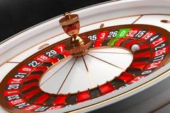 Lyxigt kasinorouletthjul på svart bakgrund Kasinotema Vit kasinoroulett för närbild med en boll på noll arkivbild